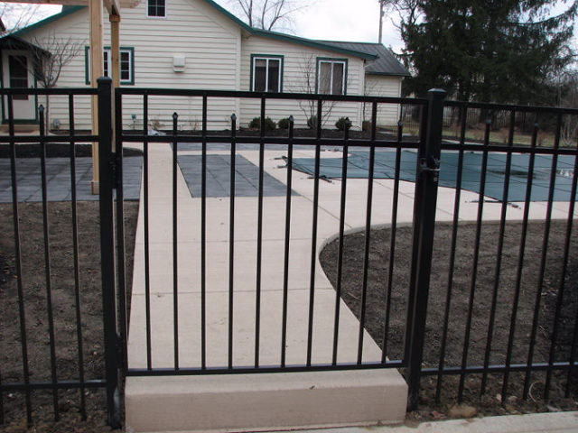 06-Aluminum fence in Pickerington